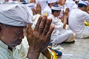 bali hindu man praying